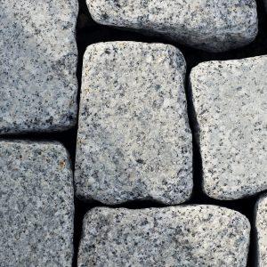 Kostka granitowa szara otoczana