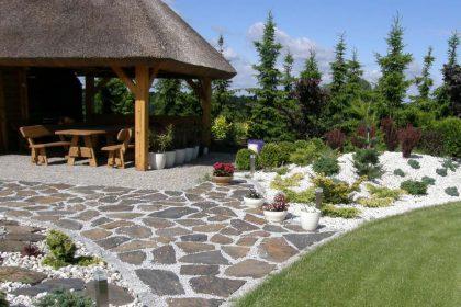Płaskie kamienie na ścieżkę w ogrodzie. Cena, rodzaje kamienia, budowa ścieżki