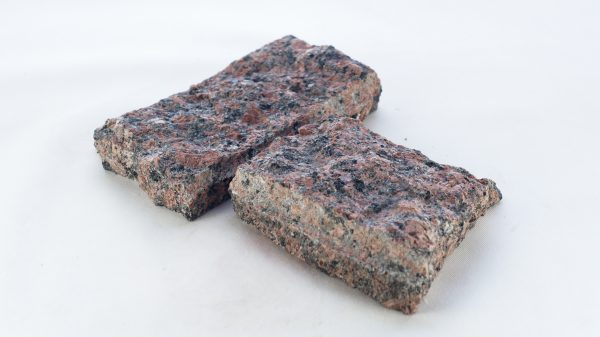 Granit łupany na elewacje i do ogrodu czerwony