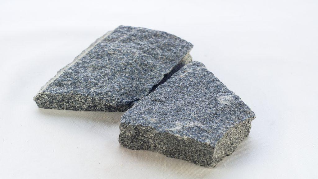 Granit łupany na elewacje i do ogrodu grafitowa